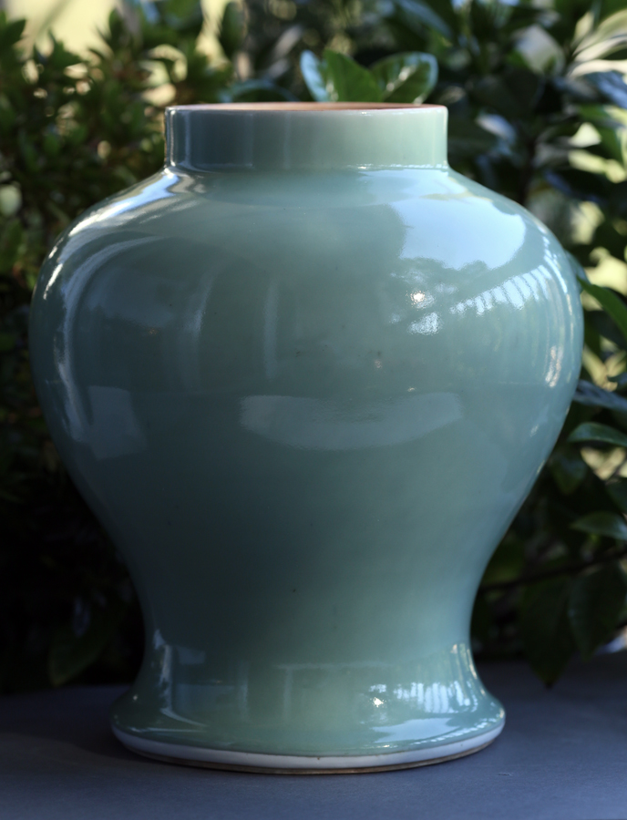 18th Century Celadon Covered Jar 十八世纪 豆青釉大罐