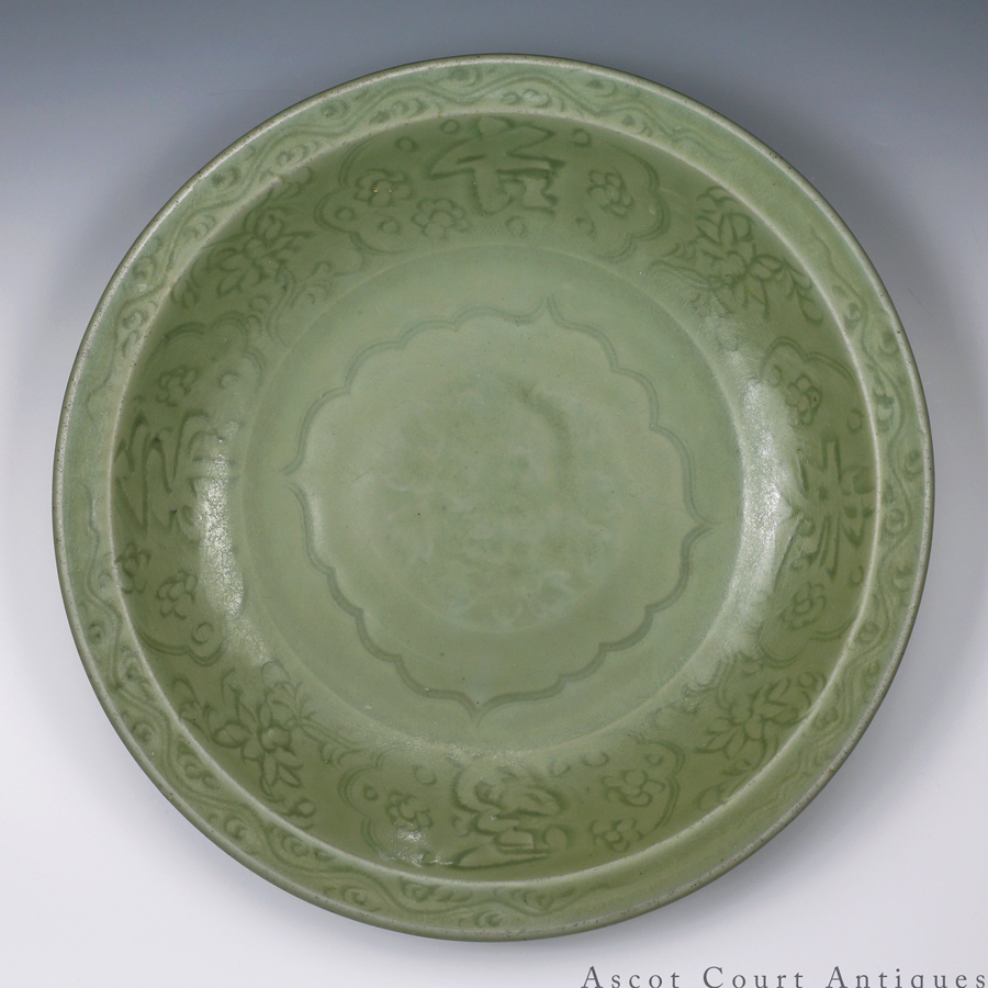 元 龙泉青瓷暗刻'长命富贵'大盘 Yuan Longquan Celadon Charger with Carved Calligraphic Characters