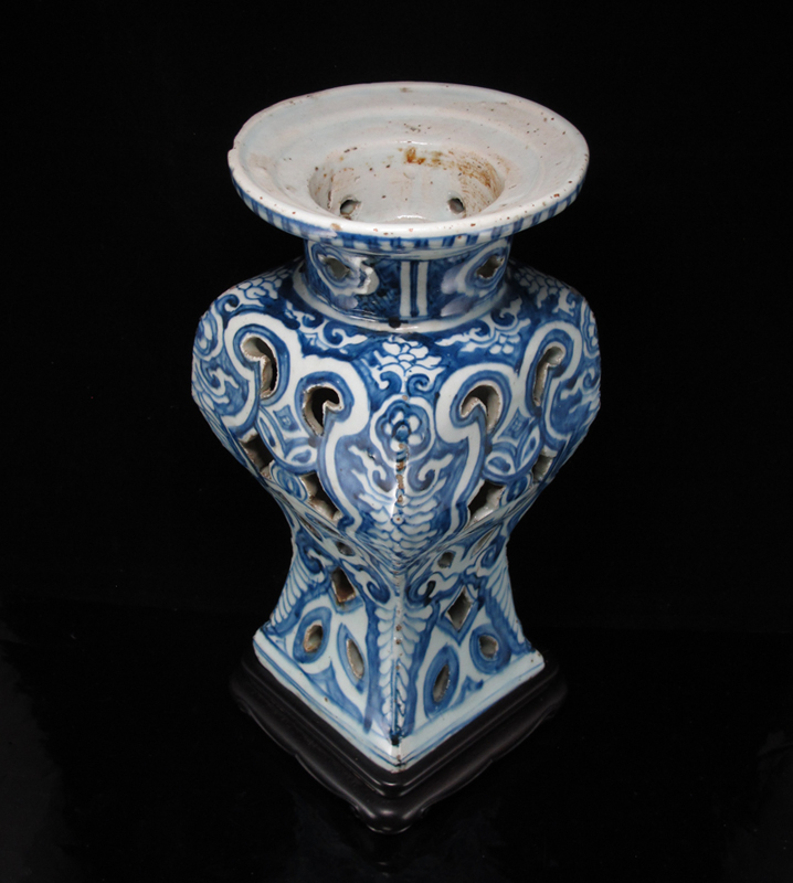 明万历 青花镂空香熏瓶 Ming Wanli Reticulated Blue and White Incense Stand